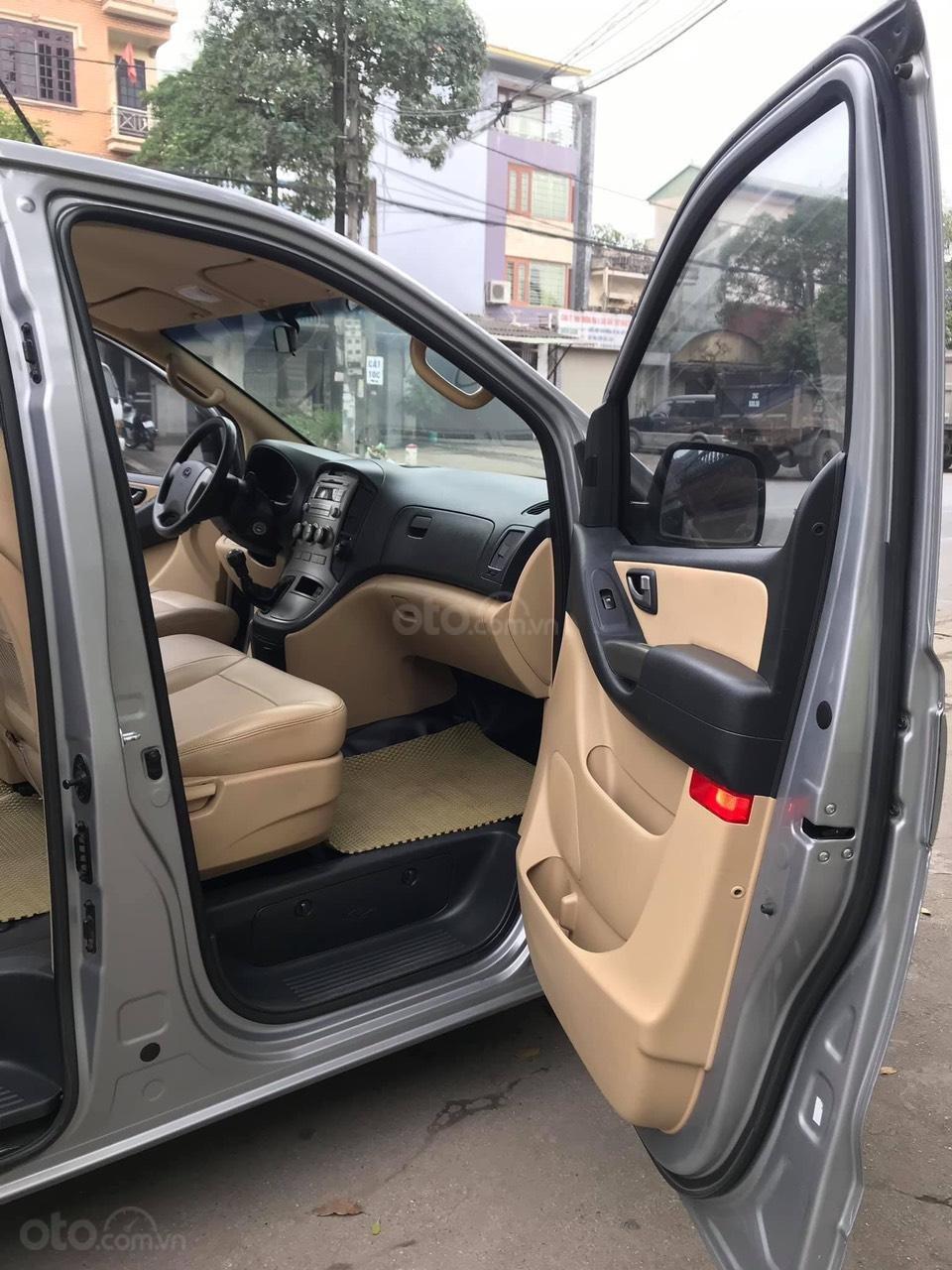 Bán xe 9 chỗ, máy dầu, số sàn hiệu Hyundai Starex, xe được nhập khẩu nguyên chiếc từ Hàn Quốc, đời 2014-10