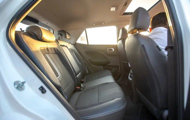So sánh xe Hyundai Venue 2020 và Ford EcoSport 2019 - ghế sau 1