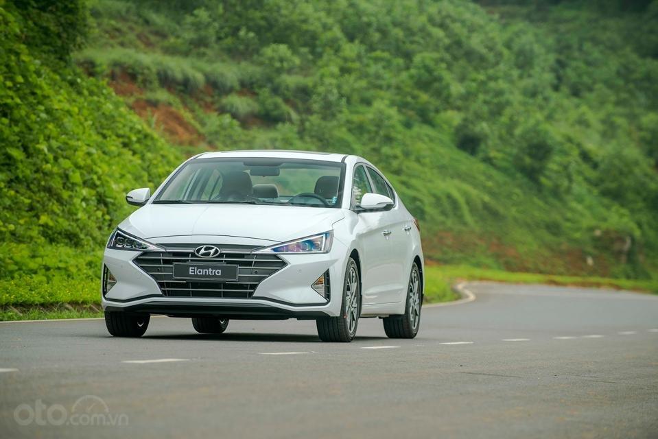 Hyundai Đà Nẵng bán Hyundai Elantra đời 2019 facelift, màu trắng, nhập khẩu CKD (2)