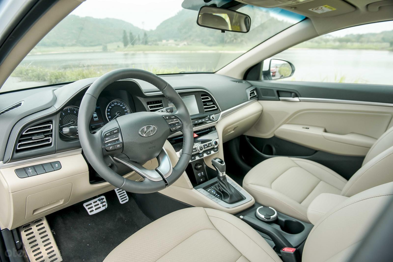 Khoang cabin Hyundai Elantra 2.0 2019...