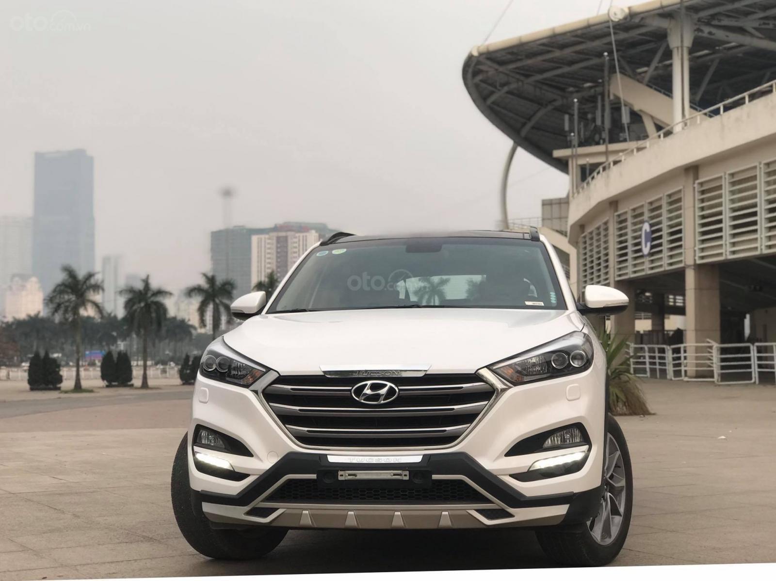 Cần bán Hyundai Tucson 2.0 ĐB sản xuất 2017, màu trắng-0