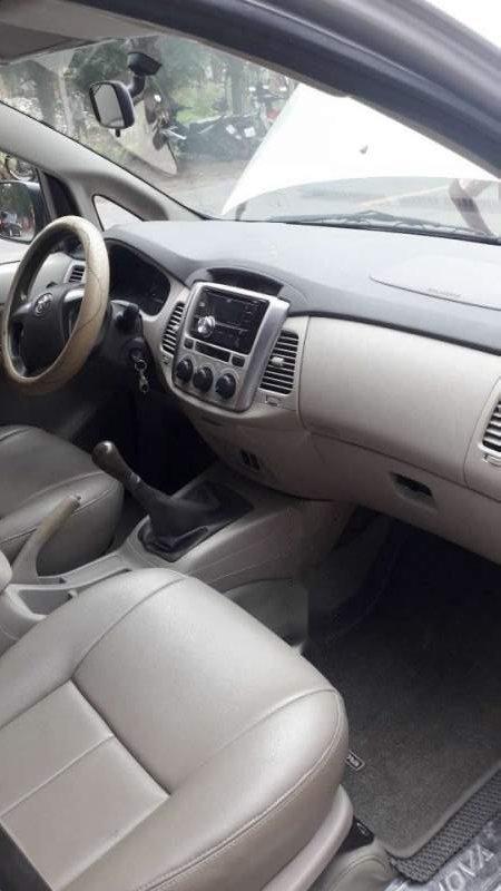 Cần bán lại xe Toyota Innova đời 2014, màu bạc giá cạnh tranh-3