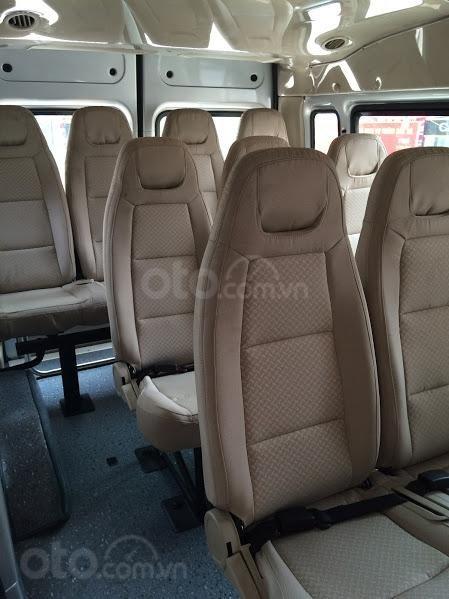 Cần bán xe 16 chỗ hiệu Ford Transit màu bạc, chuyên chở CNV đi làm còn mới 98%, không một vết trầy xước-2