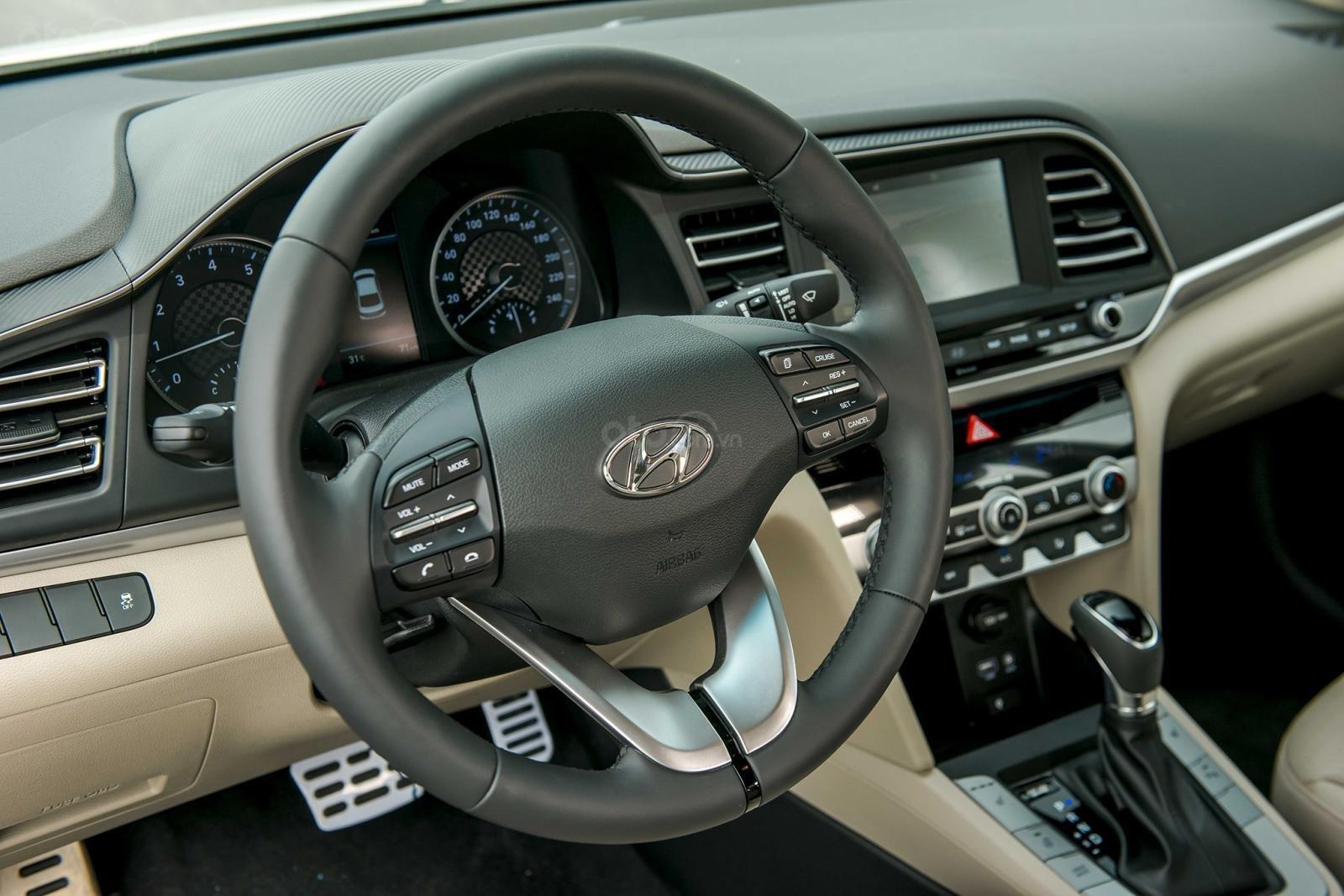So sánh xe Hyundai Elantra 2019 và Kia Cerato 2019 về nội thất 10