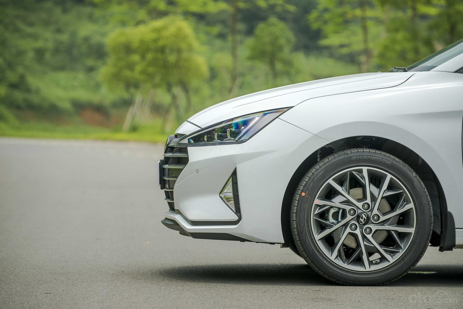 So sánh xe Hyundai Elantra 2019 và Kia Cerato 2019 về thân và đuôi xe 11