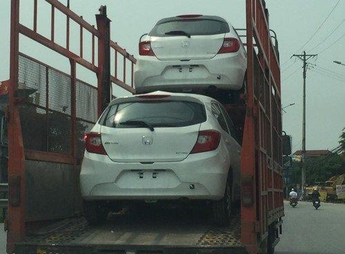 Honda Brio được vận chuyển đến các đại lý tại Hà Nội...