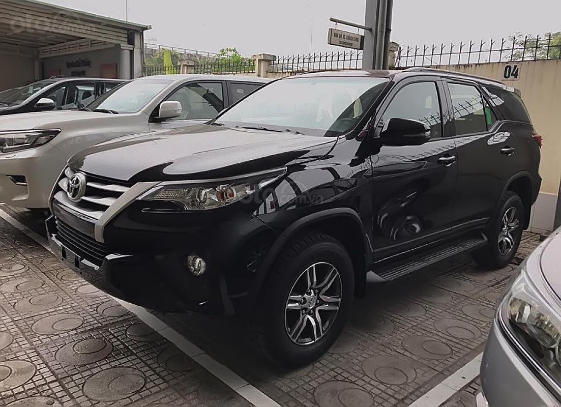 Bán Toyota Fortuner 2.4G 4x2 MT 2019, màu đen, xe nhập  -1