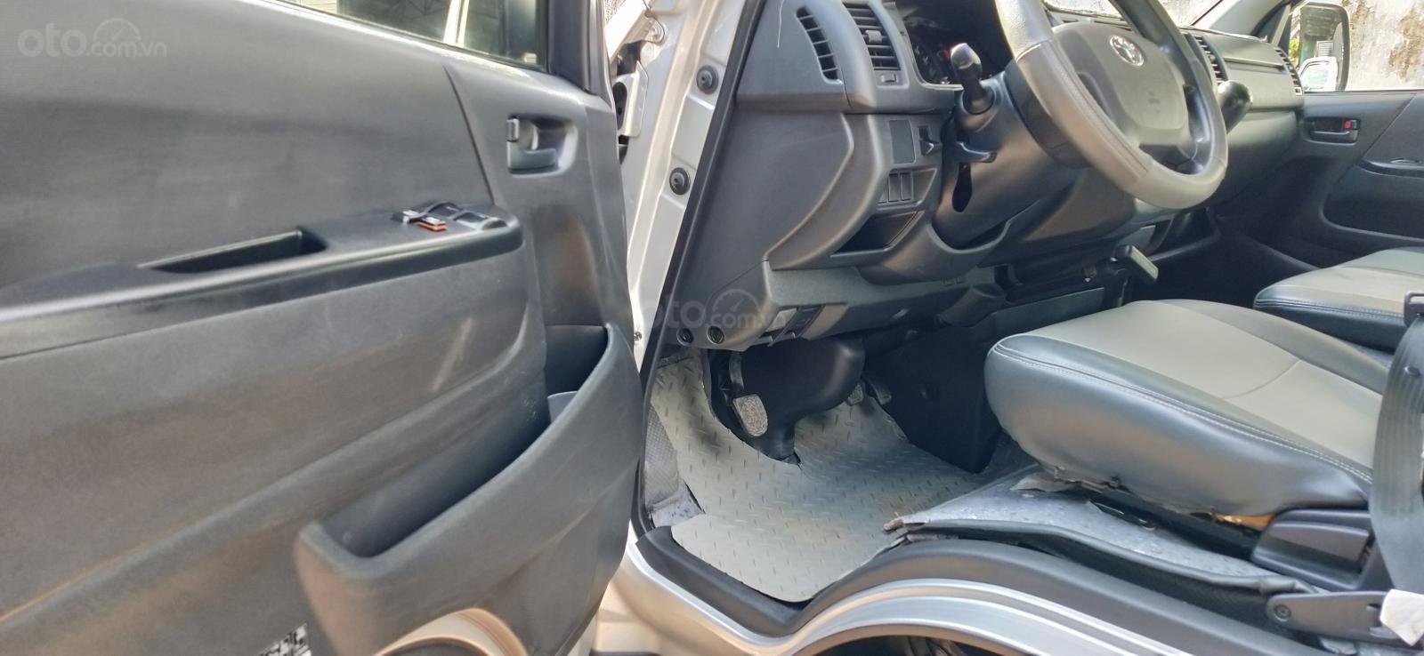 Bán xe Toyota Hiace năm 2015, máy dầu 16 chỗ màu bạc, nhập khẩu nguyên chiếc-6