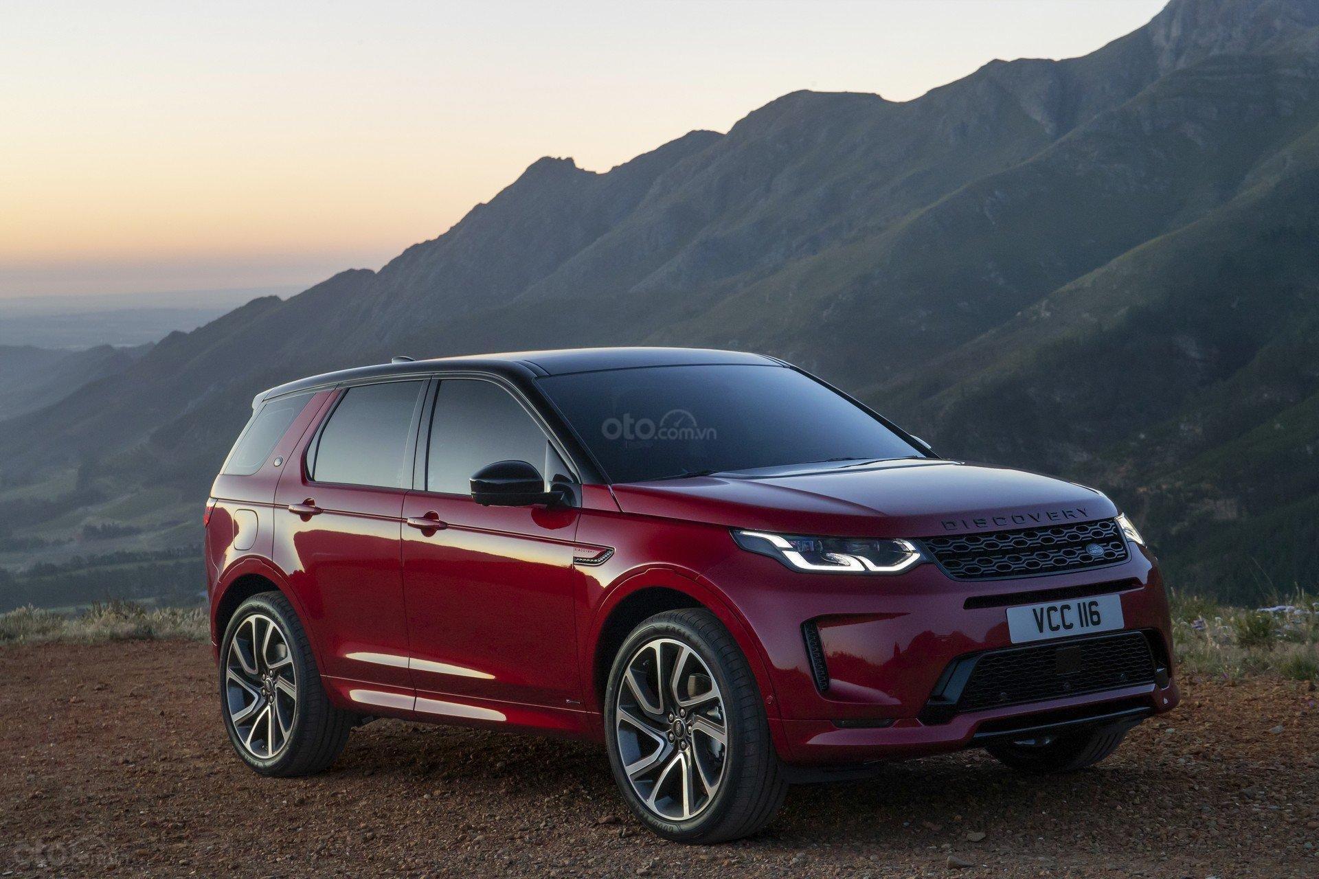 Land Rover Discovery Sport 2020 màu đỏ đang đậu