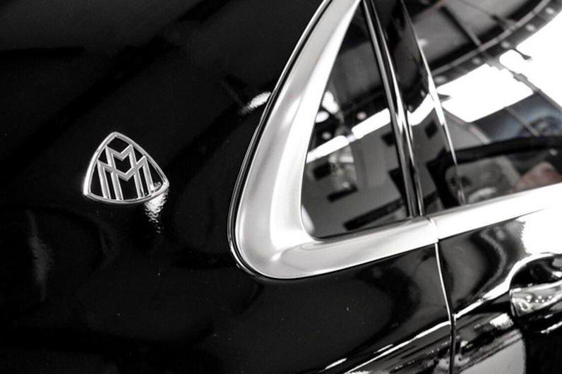 Đánh giá xe Mercedes-Maybach S560 2019: Cột B tích hợp thêm nẹp kim loại và logo Maybach gắn tại cột C1