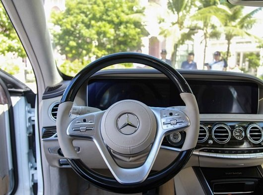 Mercedes-Maybach S560 2019 sử dụng vô-lăng 3 chấu, bọc da và ốp gỗ sang trọng 1