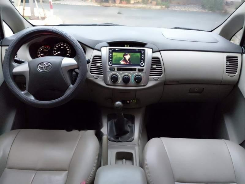 Cần bán gấp Toyota Innova E đời 2014, màu bạc-3