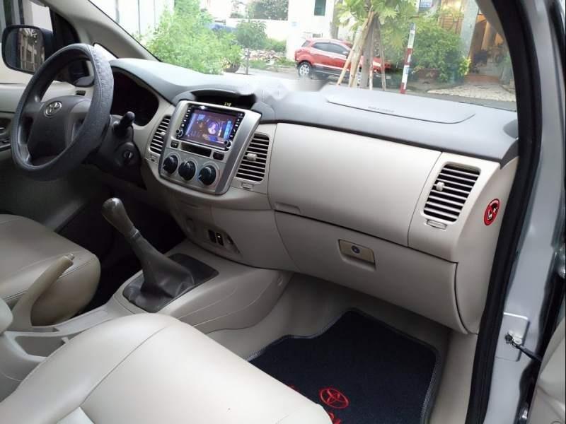 Cần bán gấp Toyota Innova E đời 2014, màu bạc-4