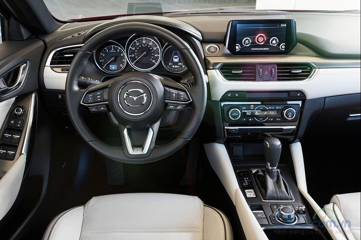 So sánh xe Mazda 6 Premium 2.5 2019: khu vực lái.