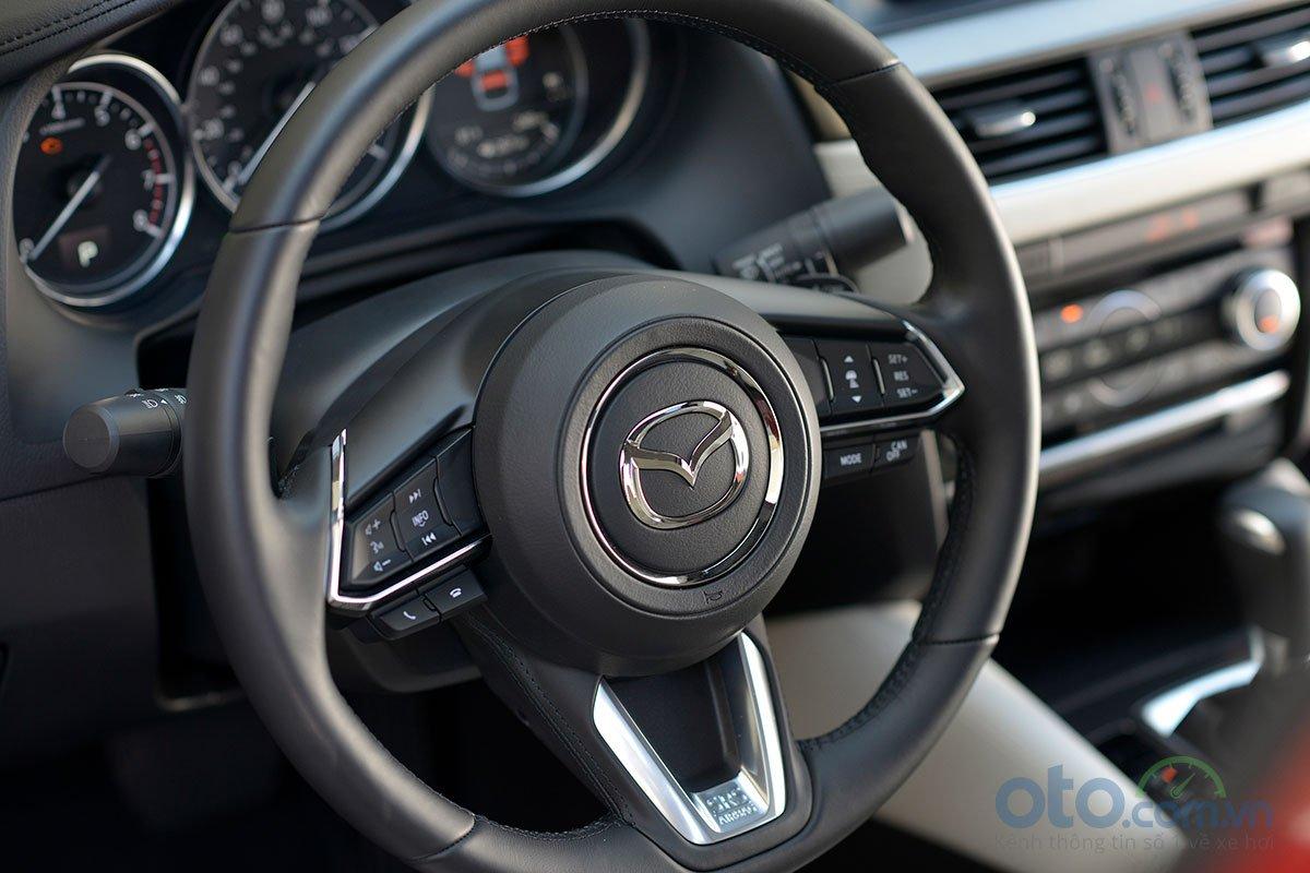 So sánh xe Mazda 6 Premium 2.5 2019: vô-lăng.