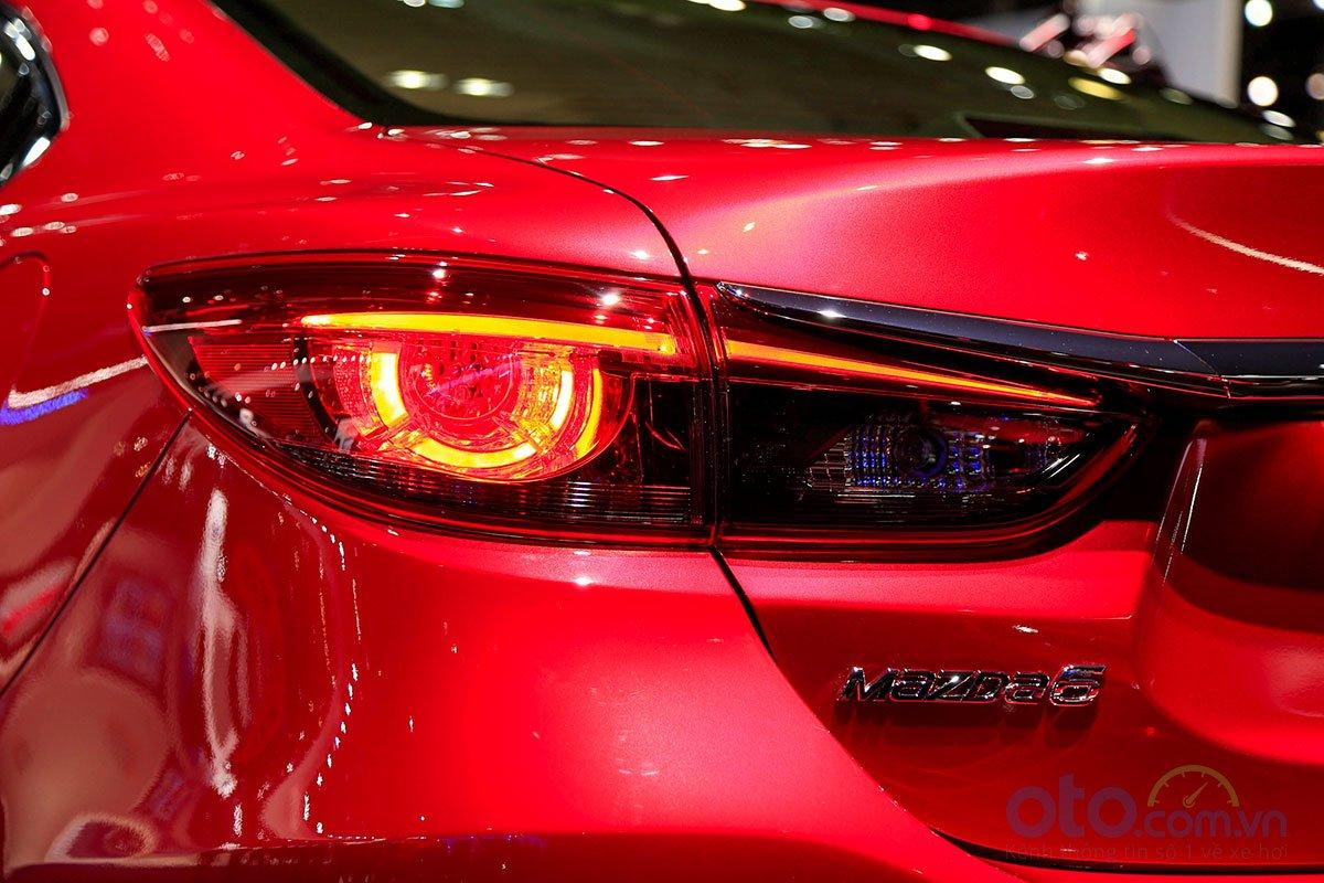 So sánh xe Mazda 6 Premium 2.5 2019: Cụm đèn hậu.