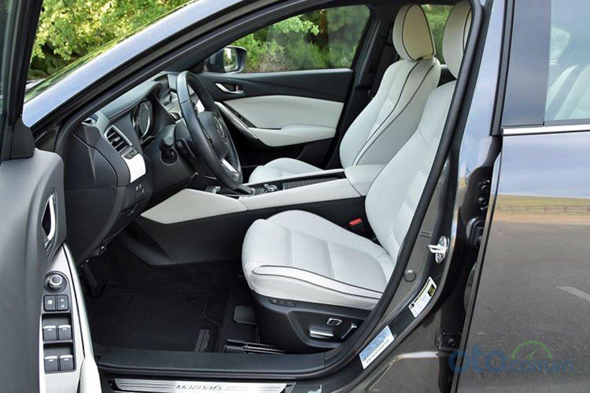 So sánh xe Mazda 6 Premium 2.5 2019: Ghế lái.