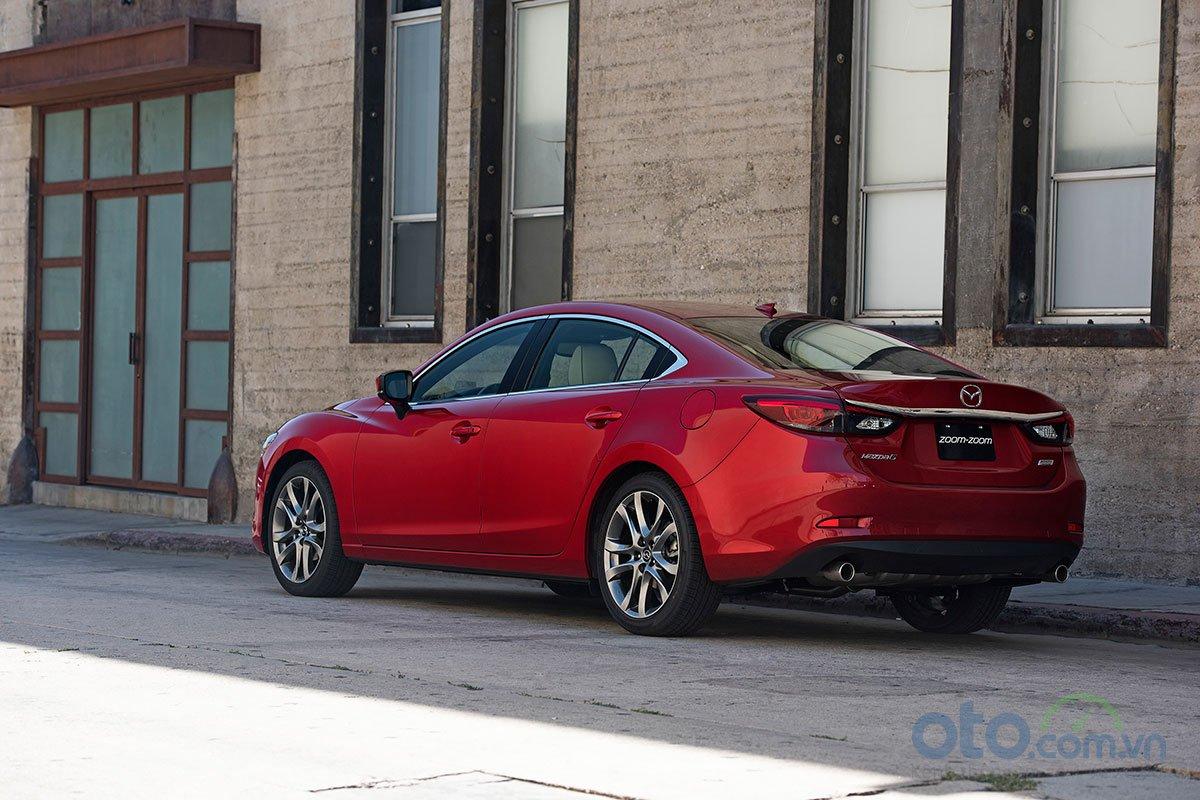 So sánh xe Mazda 6 Premium 2.5 2019: Đuôi xe.