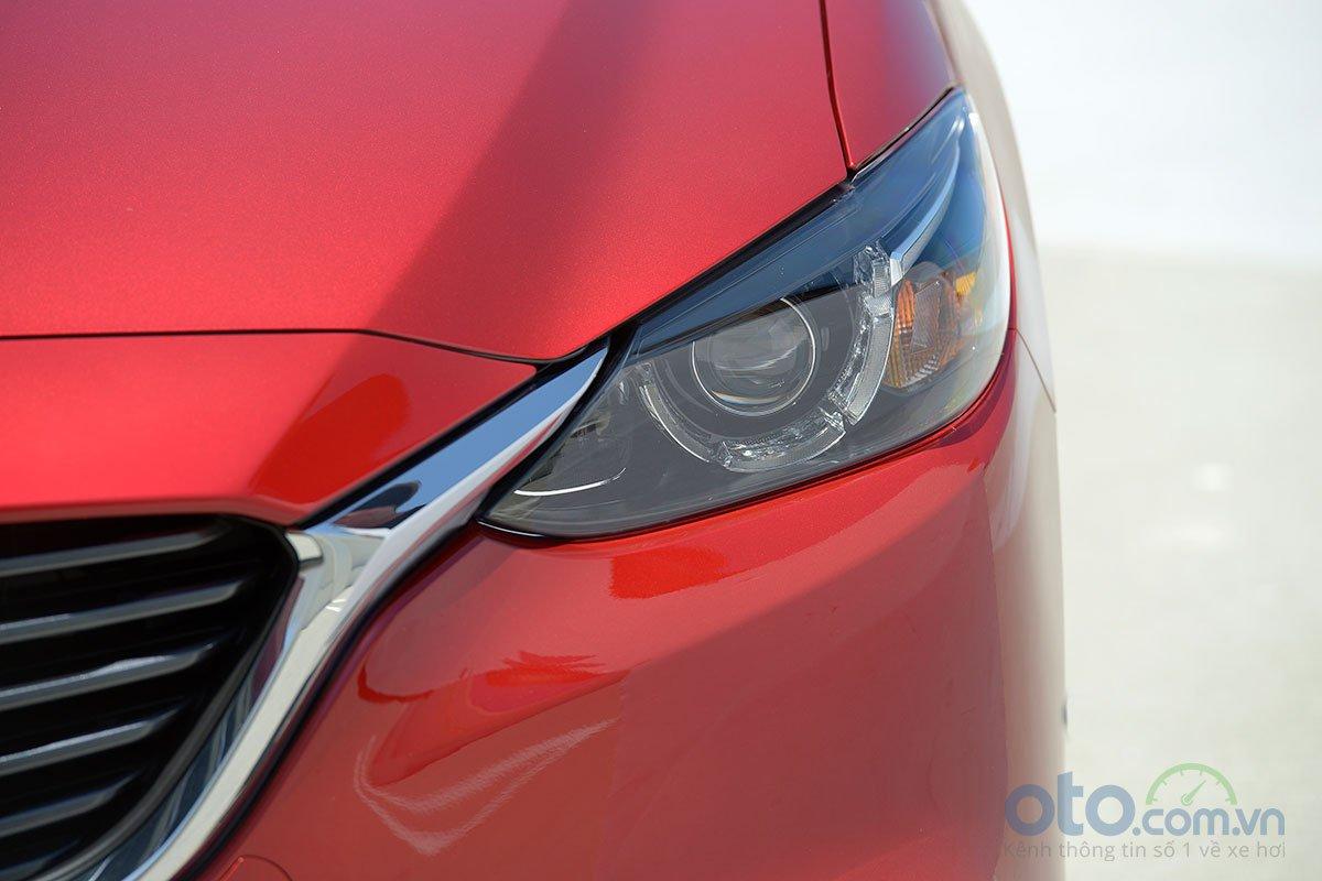 So sánh xe Mazda 6 Premium 2.5 2019: Đèn pha.