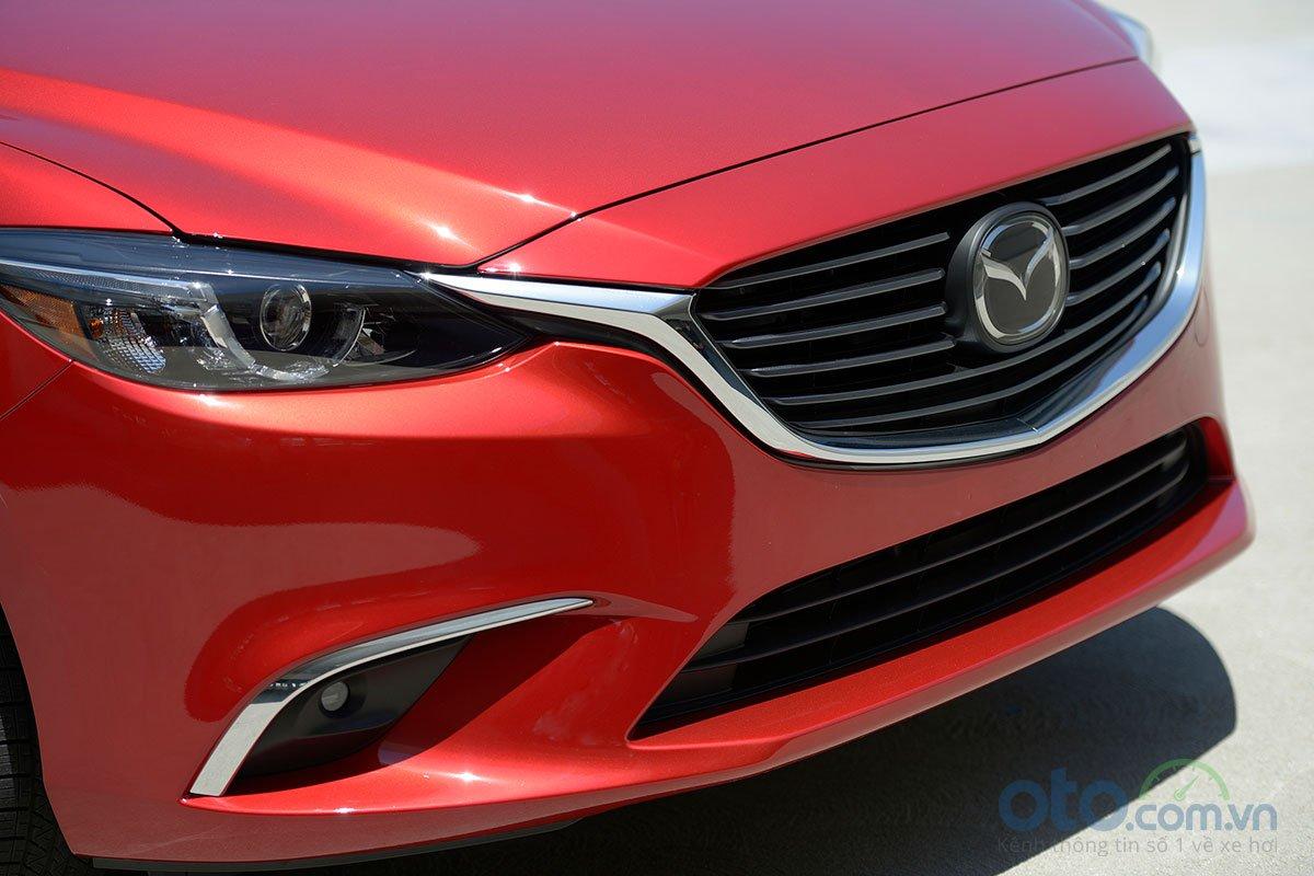 So sánh xe Mazda 6 Premium 2.5 2019: Lưới tản nhiệt.
