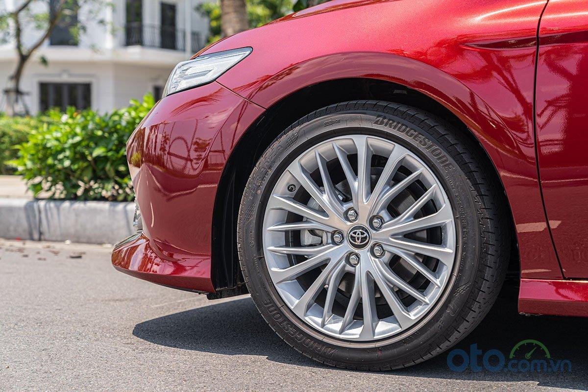 So sánh xe Toyota Camry 2.5Q 2019: la-zăng.