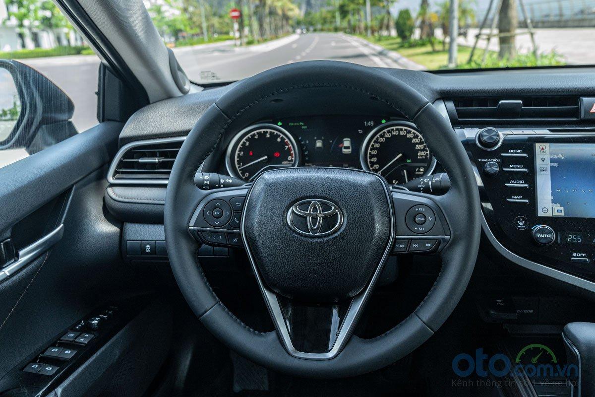So sánh xe Toyota Camry 2.5Q 2019: Vô lăng.
