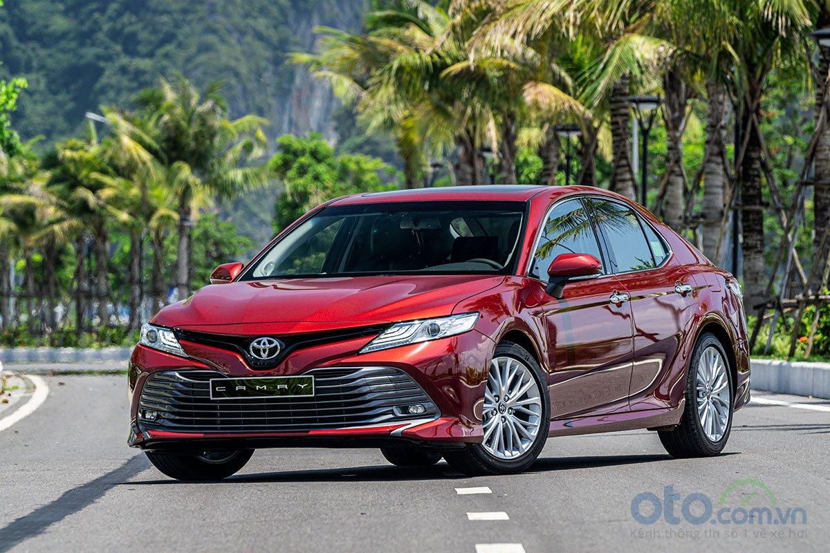 So sánh xe Toyota Camry 2.5Q 2019: Đầu xe.