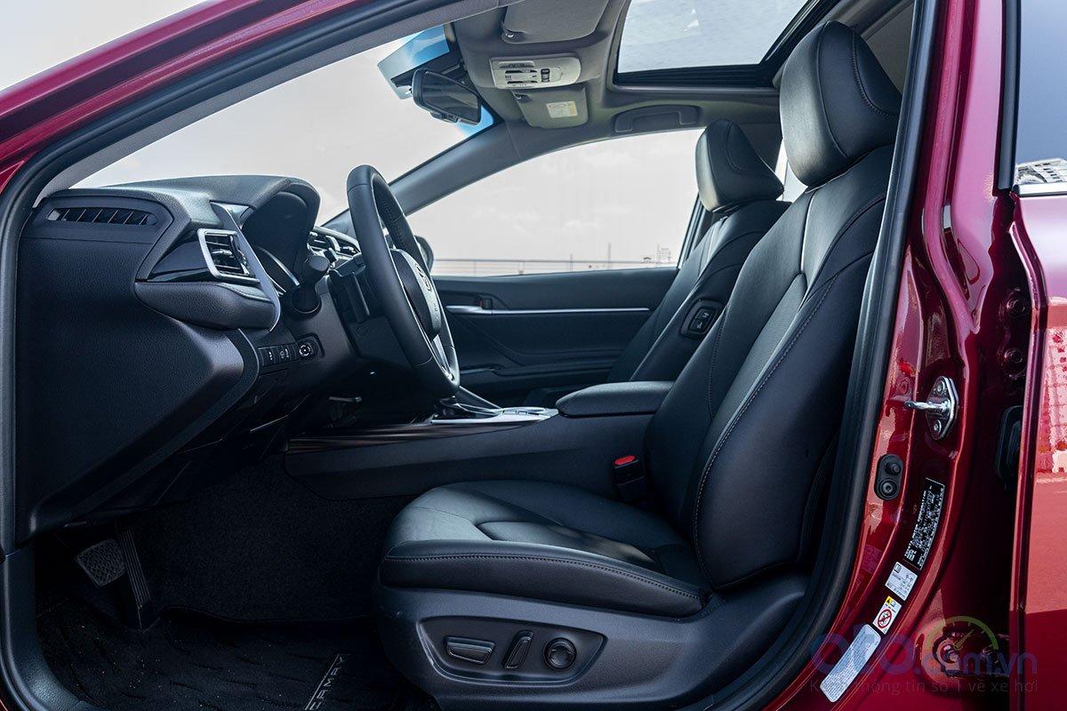 So sánh xe Toyota Camry 2.5Q 2019: Ghế lái.