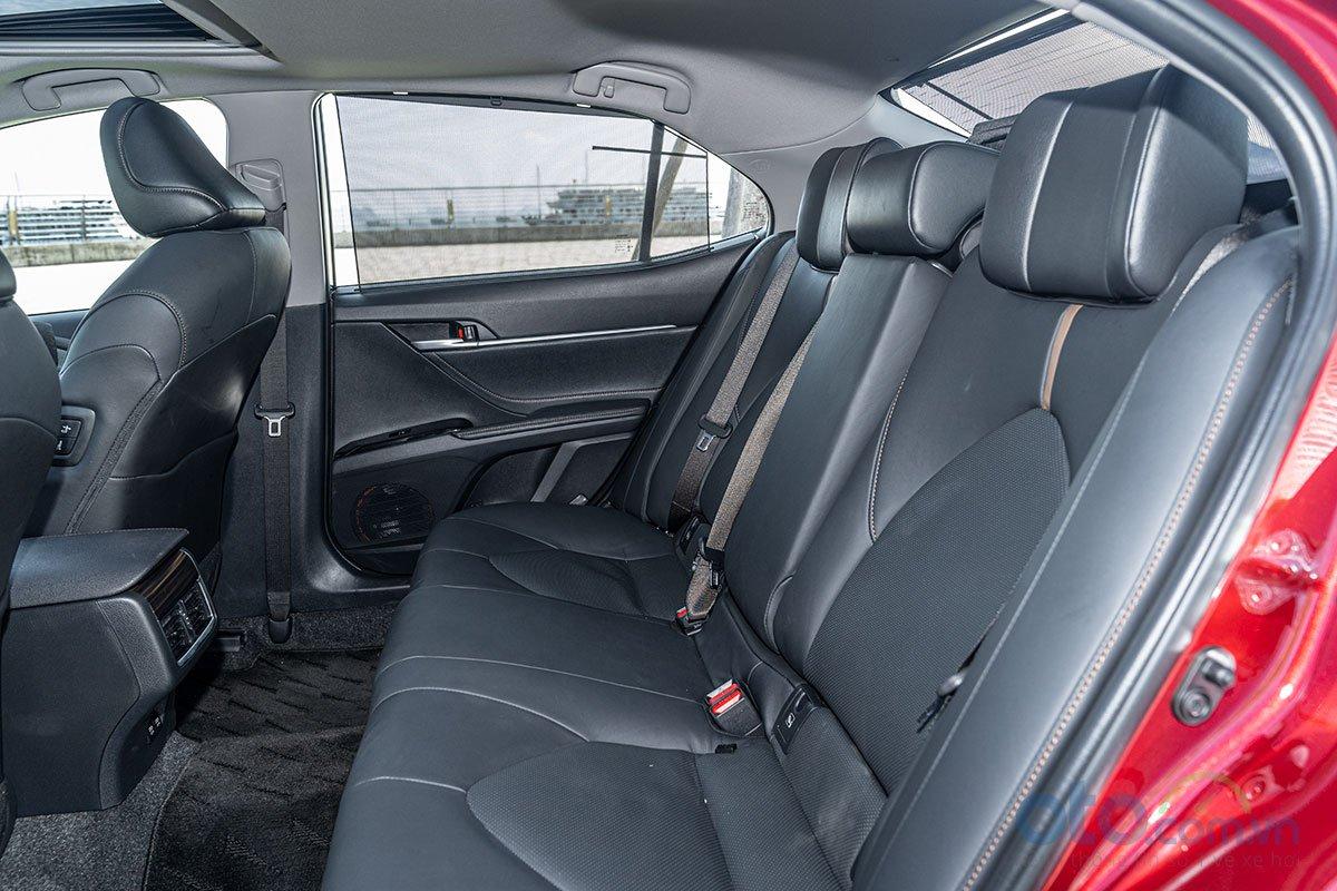 So sánh xe Toyota Camry 2.5Q 2019: Hàng ghế sau.