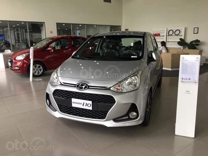 Hyundai Grand I10 1.2 AT bạc giao ngay, hỗ trợ đăng ký Grab, tặng bộ phụ kiện cao cấp. LH: 0977 139 312 (1)