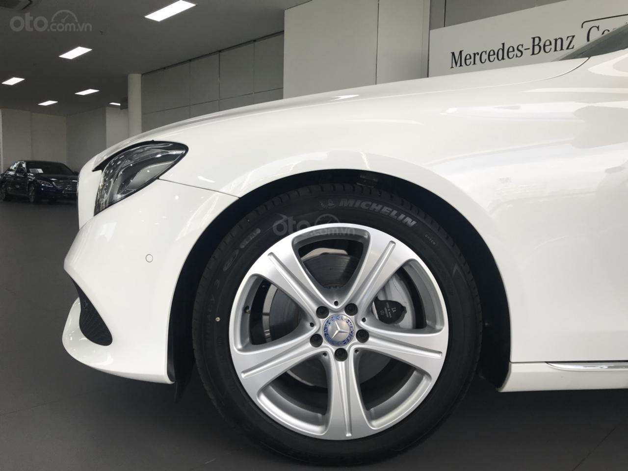 Bán Mercedes Benz E250 2017, siêu lướt 3.445 km, màu trắng cực đẹp-1
