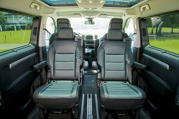 So sánh Mercedes V-Class 2019 và Peugeot Traveller 2019 về ghế ngồi 3