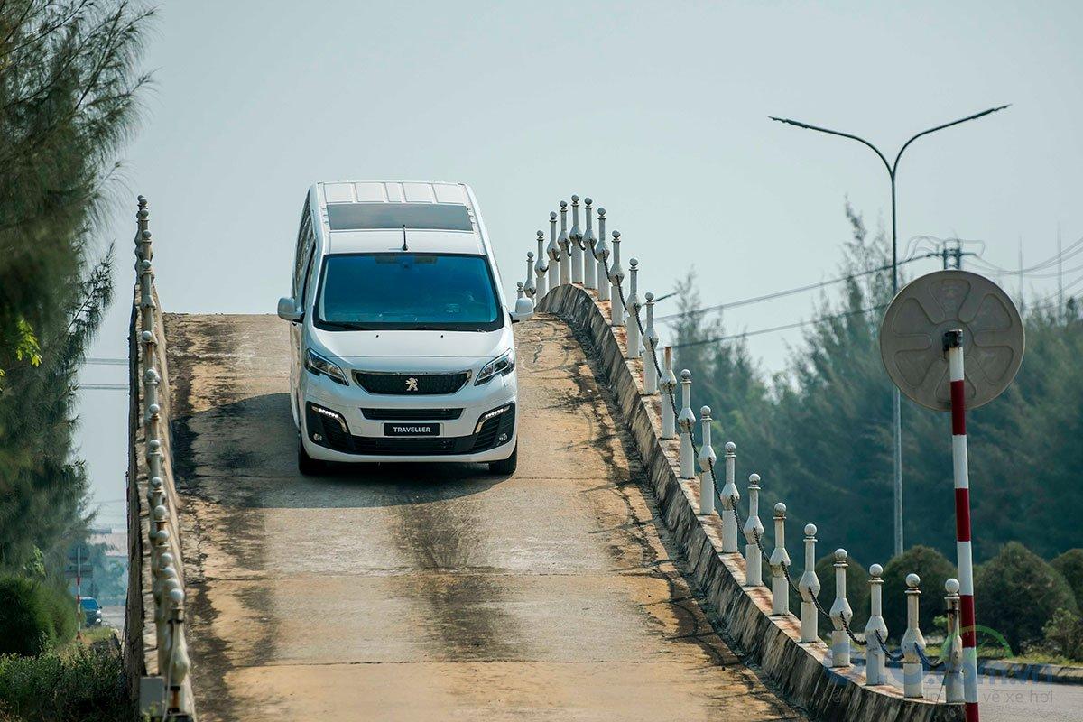 Ảnh chụp động cơ xe Peugeot Traveller 2019