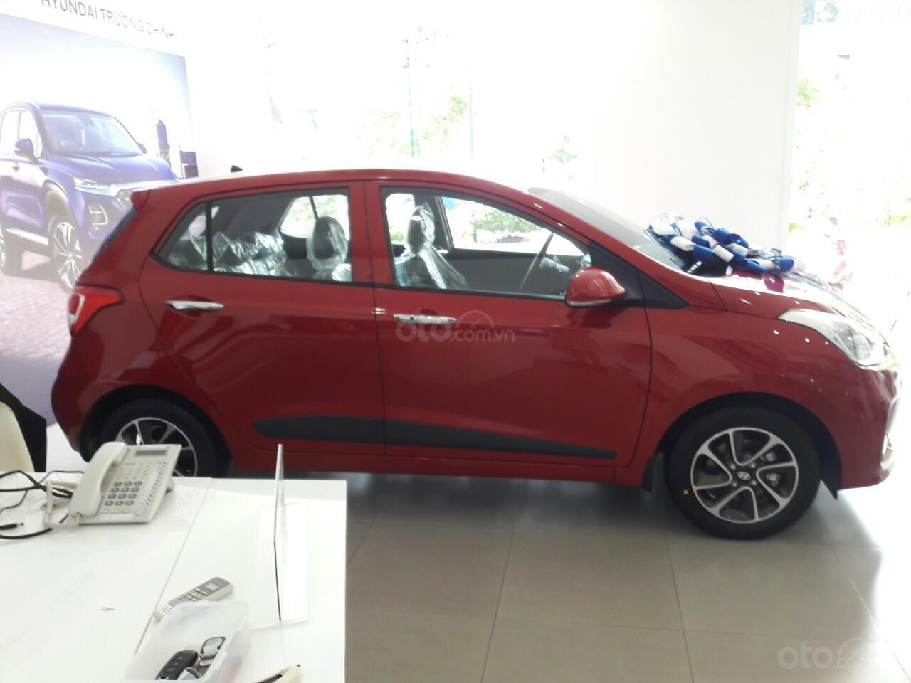 Bán Hyundai Grand I10 1.2AT, màu đỏ nhận xe ngay chỉ với 120tr, hỗ trợ đăng ký Grab, vay trả góp LS cực ưu đãi (2)
