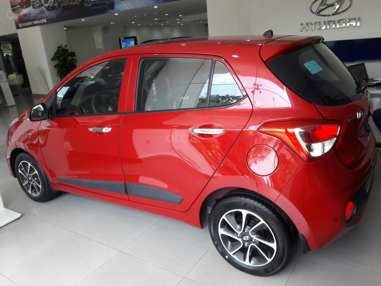 Bán Hyundai Grand I10 1.2AT, màu đỏ nhận xe ngay chỉ với 120tr, hỗ trợ đăng ký Grab, vay trả góp LS cực ưu đãi (3)