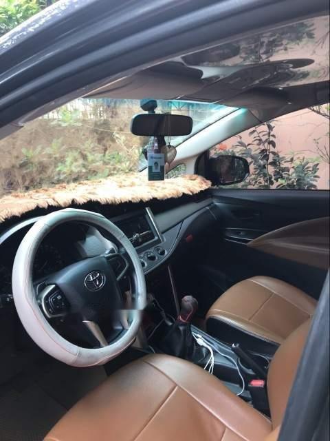 Cần bán gấp Toyota Innova 2.0E sản xuất 2017, màu đen chính chủ, giá 685tr-2