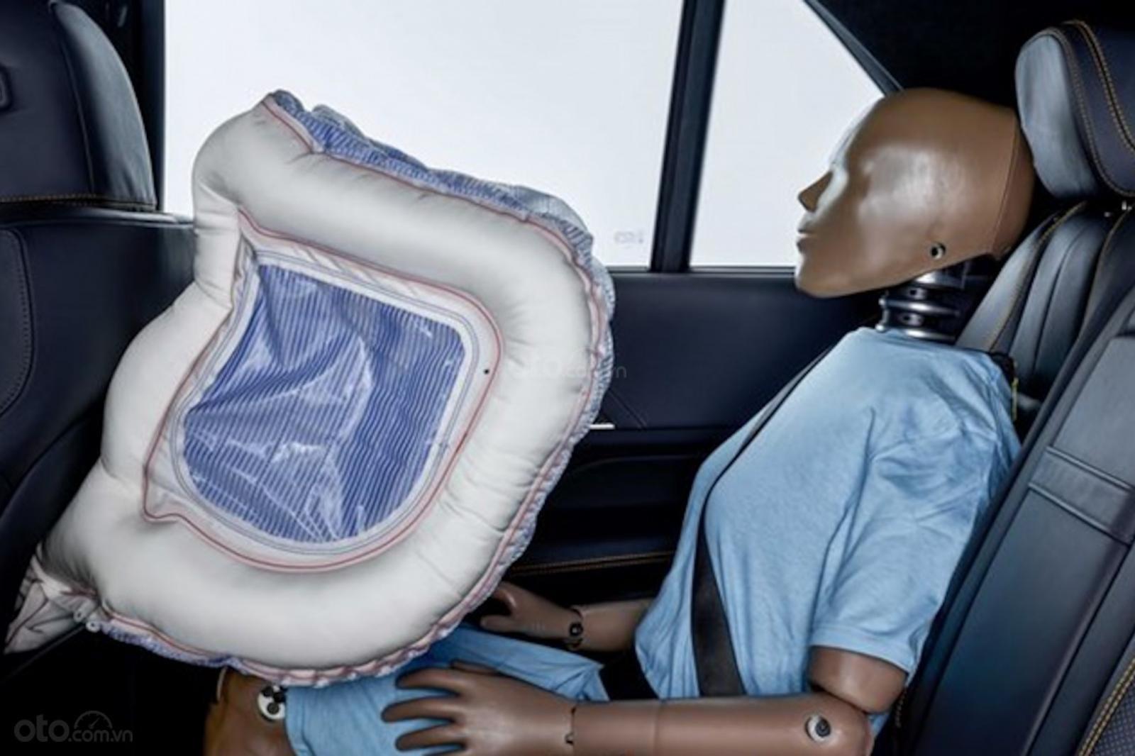 Túi khí ghế sau đang được Mercedes-Benz nghiên cứu