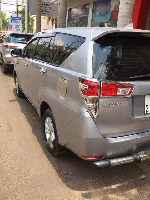 Bán xe Toyota Innova năm sản xuất 2017, màu xám xe gia đình-2