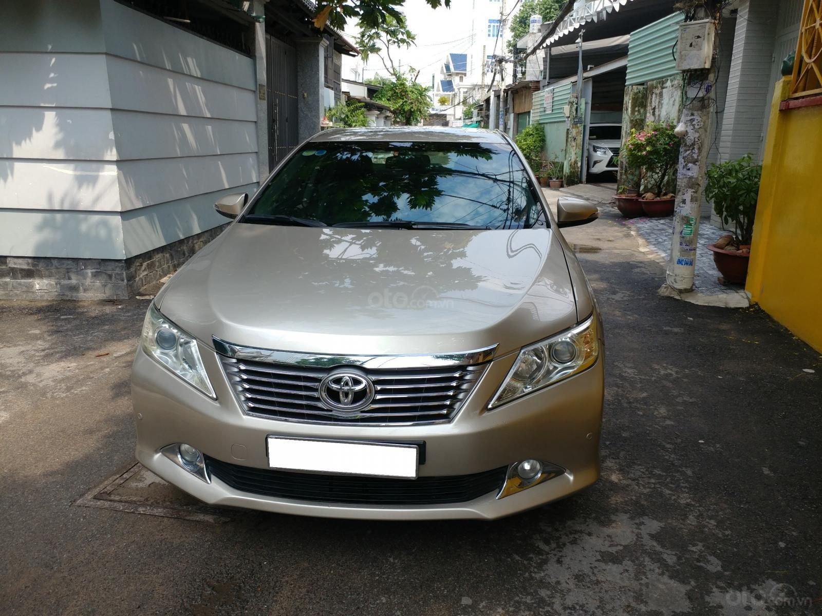 Cần bán xe Toyota Camry 2.5Q sx 2014 số tự động màu nâu vàng, biển số thành phố-0