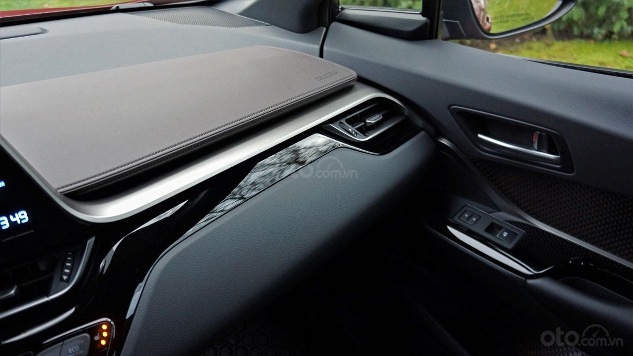 Ưu nhược điểm xe Toyota C-HR 2019: Nội thất đẹp mắt