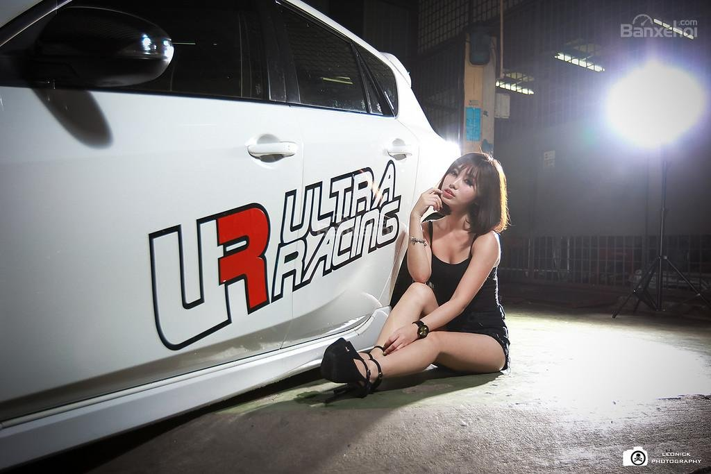 Người đẹp bên xe độ Mazda 3 hatchback a4