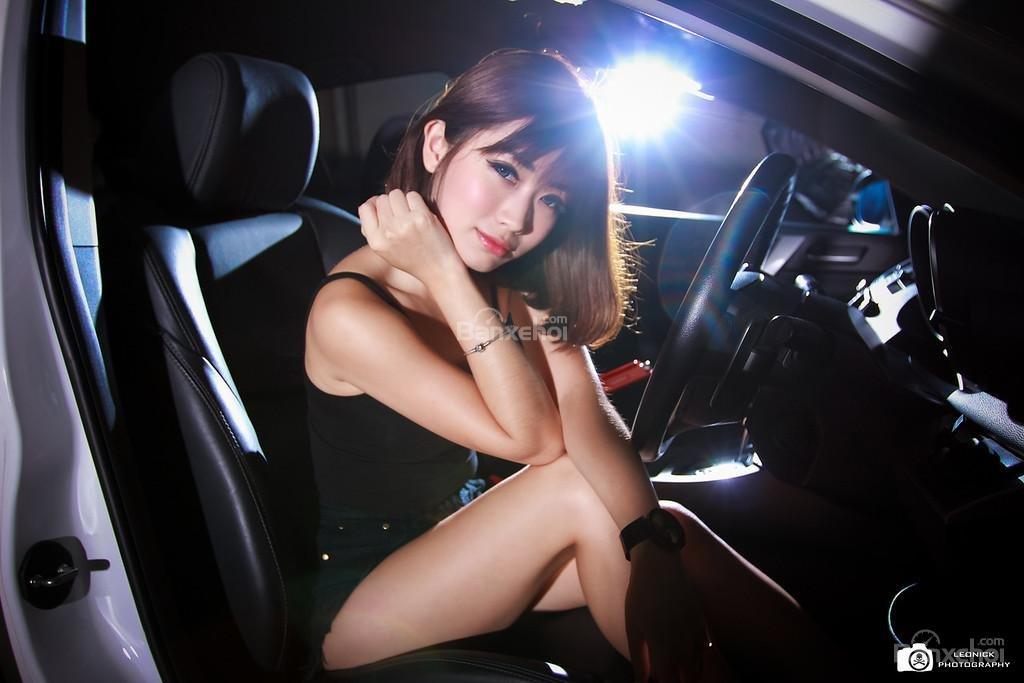 Người đẹp bên xe độ Mazda 3 hatchback a13