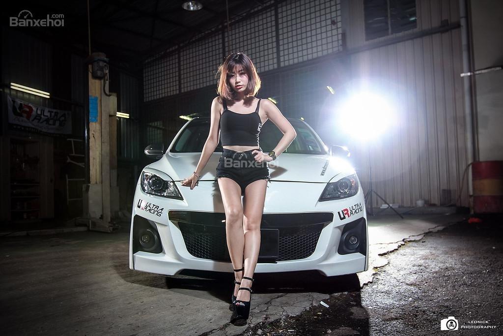Người đẹp bên xe độ Mazda 3 hatchback a3