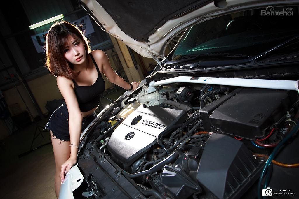 Người đẹp bên xe độ Mazda 3 hatchback a9