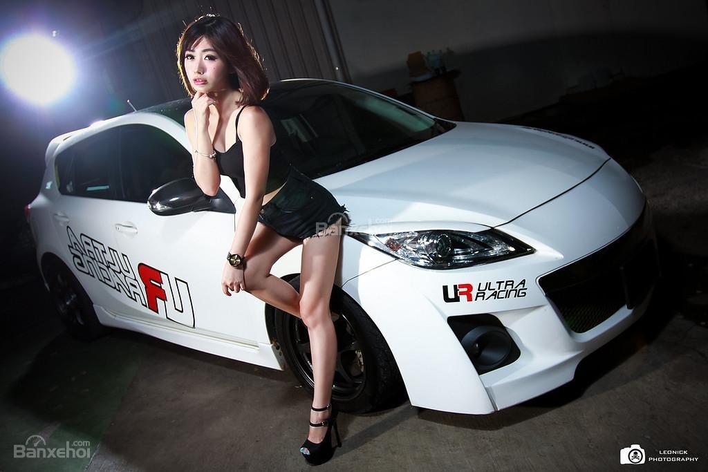 Người đẹp bên xe độ Mazda 3 hatchback a1