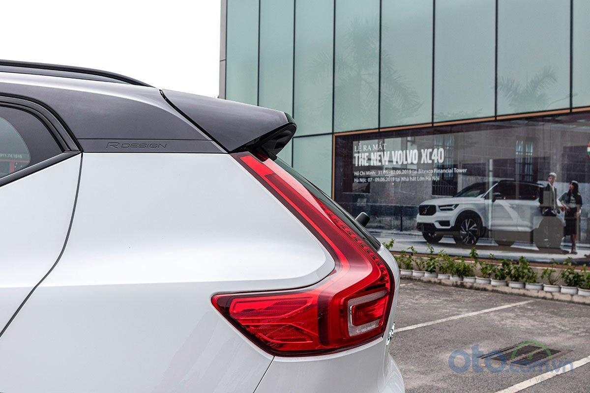 Biểu tượng R-Design được khắc chìm trên trụ C của Volvo XC40 2019.