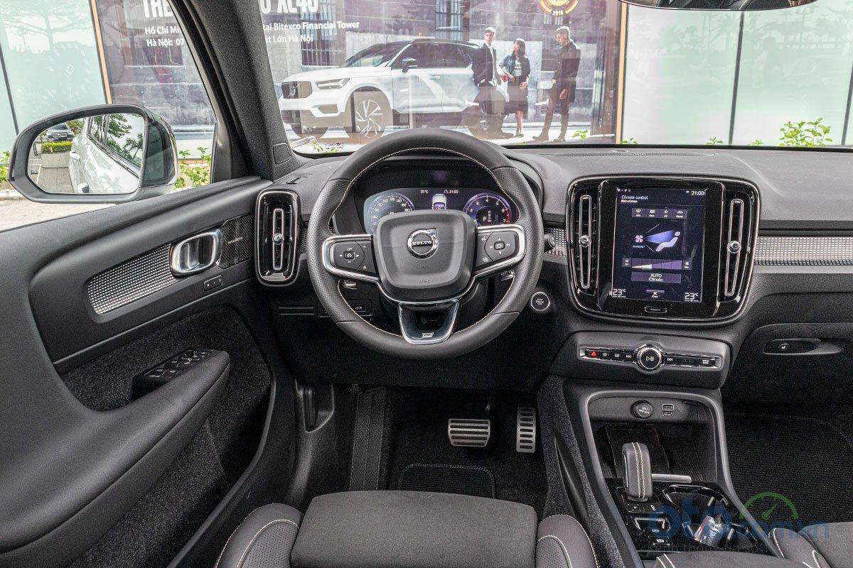 Vô-lăng trên Volvo XC40 2019 vẫn có kiểu dáng giống như các mẫu xe khác của Volvo.