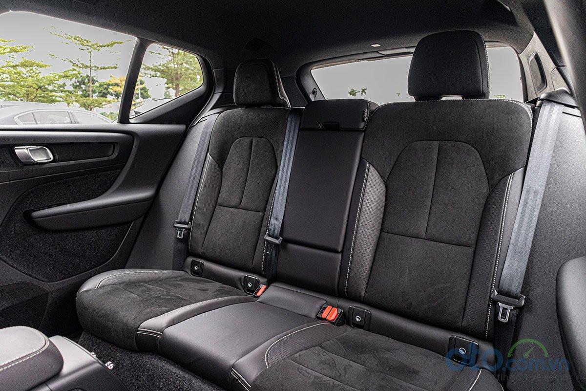 Hàng ghế sau chỉ trang bị 2 tựa đầu cho hành khách ngồi trên Volvo XC40 2019.