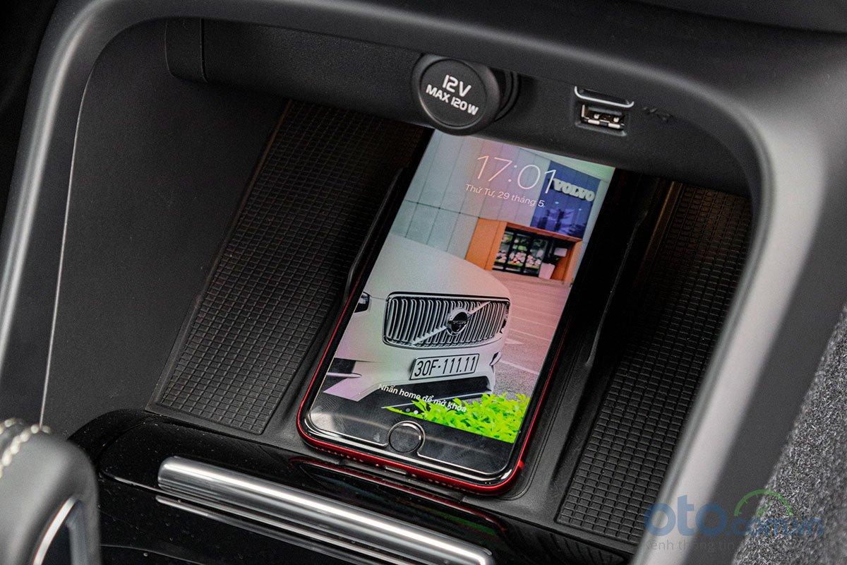 Sạc điện thoại không dây trên Volvo XC40 2019.