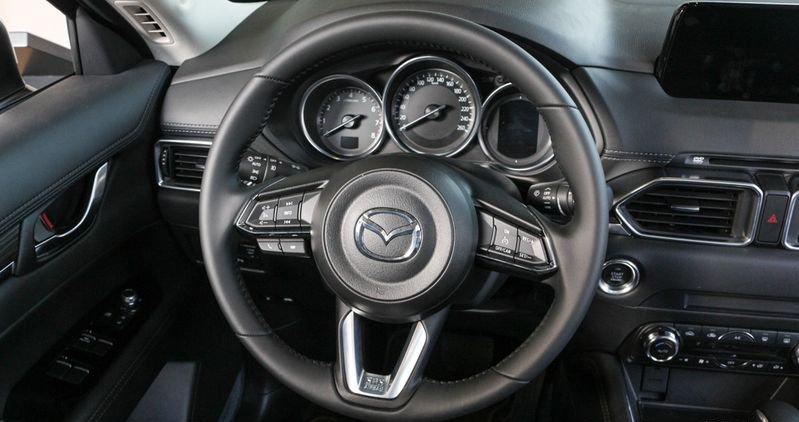 So sánh xe Hyundai Tucson 2019 và Mazda CX-5 2019 về táp-lô và vô-lăng.